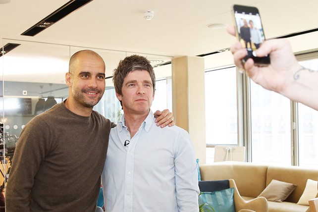 ¿Cuánto mide Pep Guardiola? - Altura - Real height - Página 2 Noel%20with%20Pep%20taking%20a%20photo