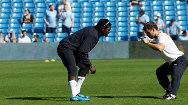 Adebayor stetching prematch
