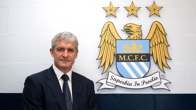 Mark Hughes with MCFC crest 0809