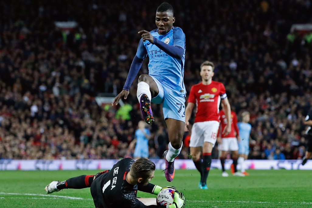 David De Gea at the feet of Kelechi Iheanacho