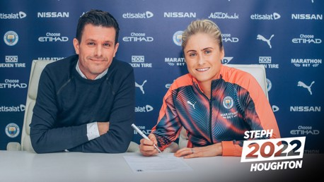 Steph Houghton pens new contract