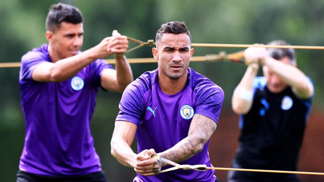 STRETCH, ARM STRONG : Danilo flexes the muscles