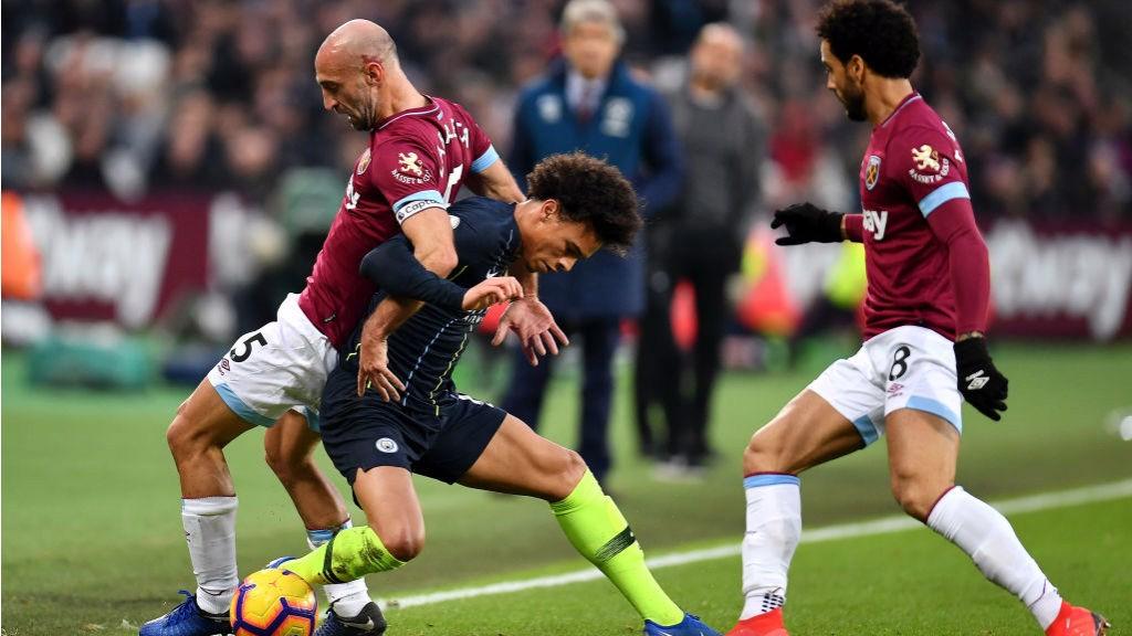 Leroy Sané roba el balón a Pablo Zabaleta.