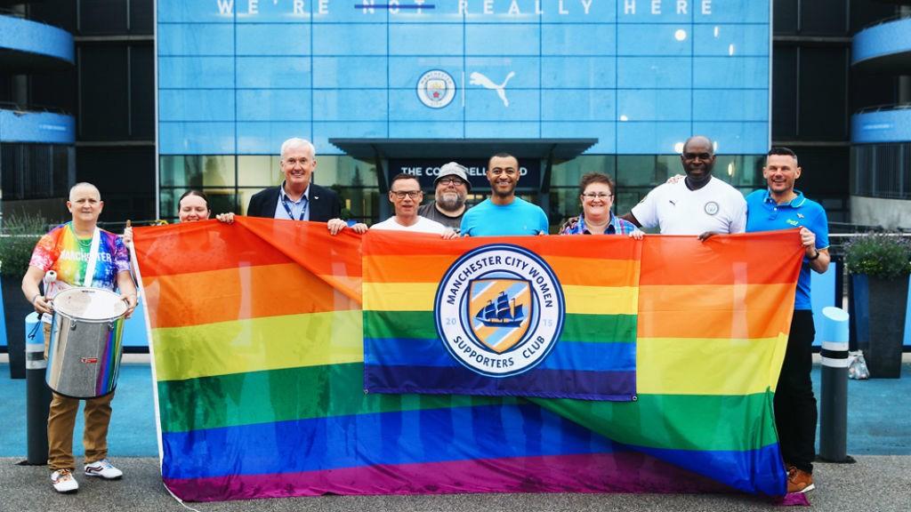 Pride 깃발을 들고 다같이 사진 촬영한 맨체스터 시티 공식 여성 서포터즈 클럽