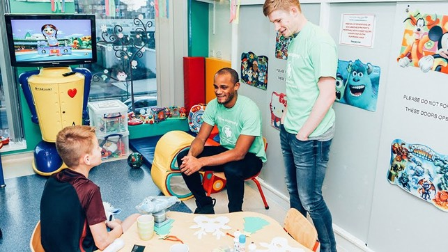 HOSPITAL VISIT : Kompany and KDB visit a fan.