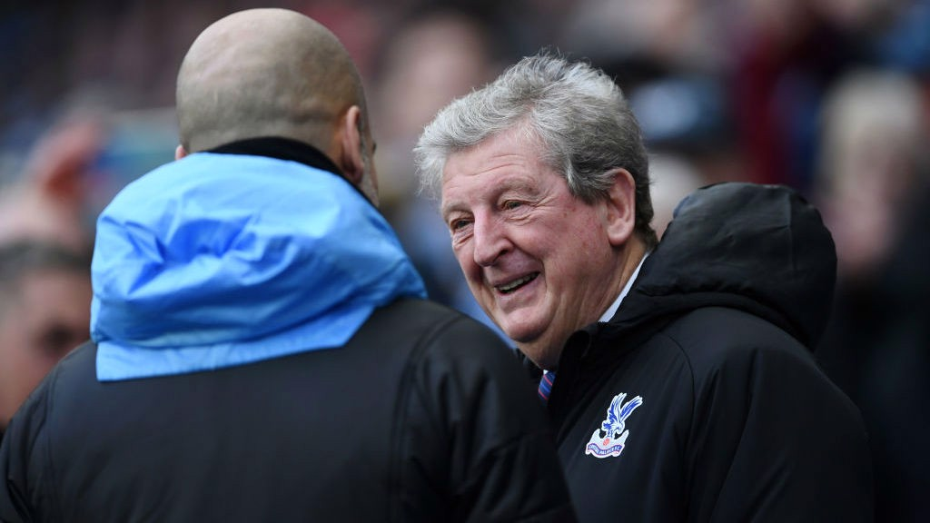 TOP MEN : _Guardiola and Hodgson share a warm embrace ahead of kick-off_