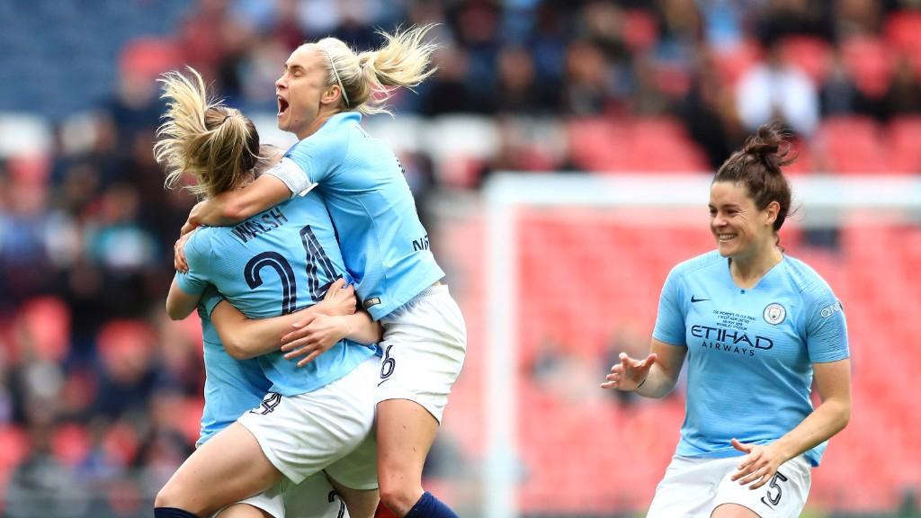 Las futbolistas del City celebran el gol de Walsh.