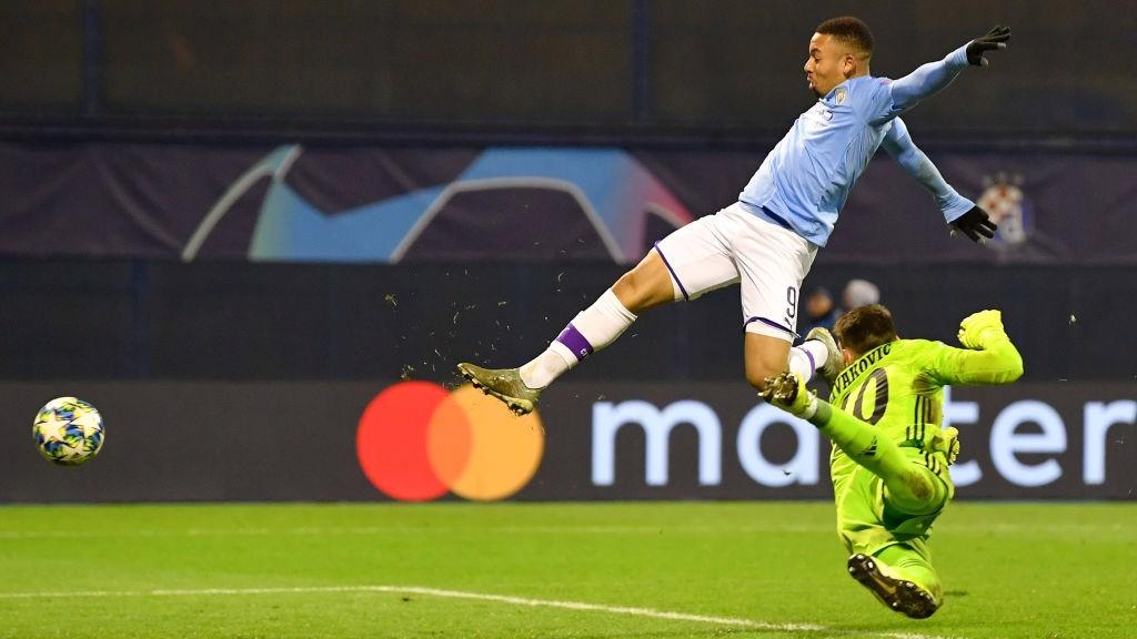 HAT-TRICK HERO : Dominik Livaković tak berdaya menghentikan gol ketiga Gabriel Jesusmemanfaatkan umpan silang Benjamin Mendy untuk gol ketiga dirinya dan City.