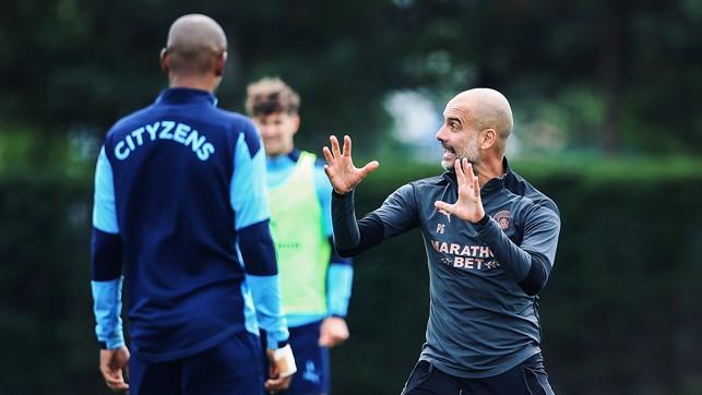 INSTRUKSI : Pep Guardiola menyampaikan poin instruksi