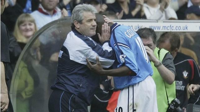 QUE MOMENTO: O técnico Kevin Keegan cumprimenta Shaun Goater depois de sua última partida