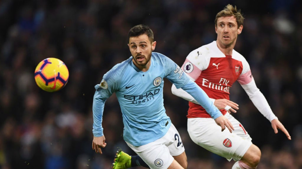 GREASE LIGHTNING : Bernardo zooms past Nacho Monreal.