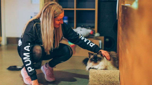 PUMA CAT : Laura Coombs makes a new friend