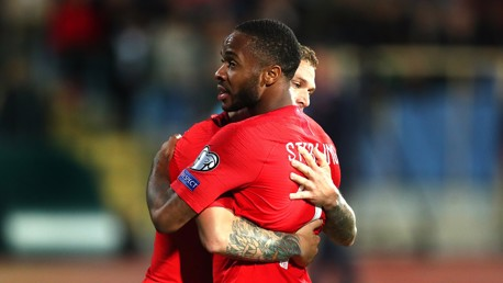 Sterling double buteur avec l'Angleterre