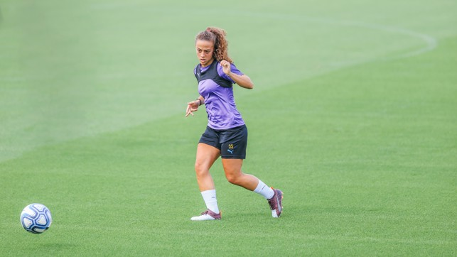 PASS MASTER : Matilde goes through a passing drill