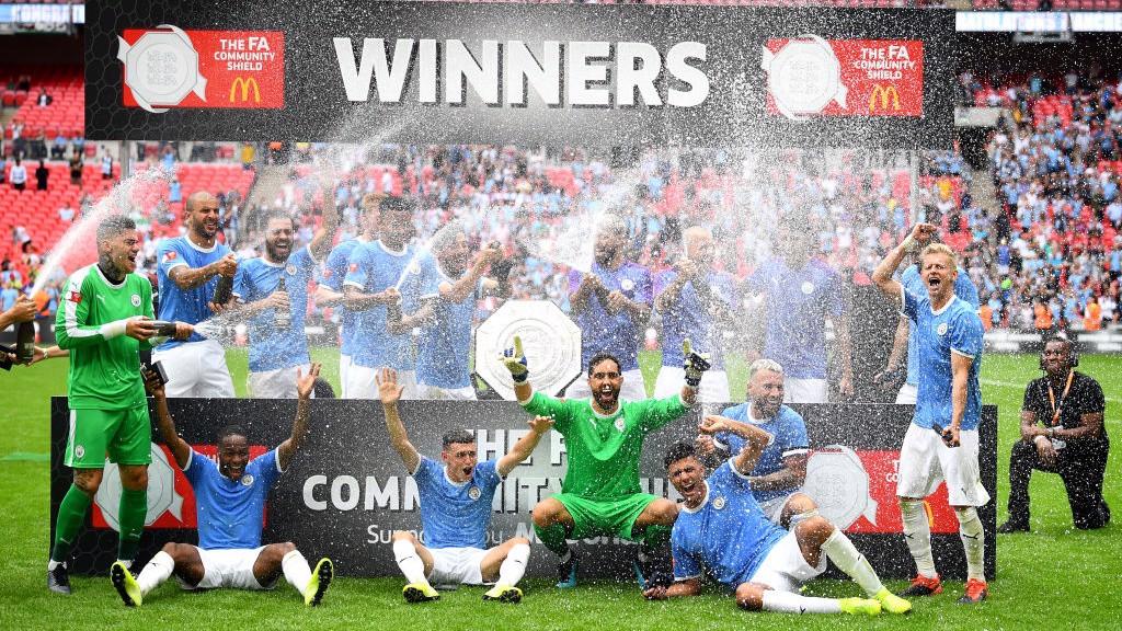 CAMPEONES. Celebración sobre el césped de Wembley.