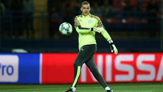 GLOVE STORY : Ederson goes through his warm-up paces
