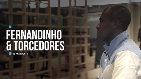 Fernandinho conversa com torcedores brasileiros do City