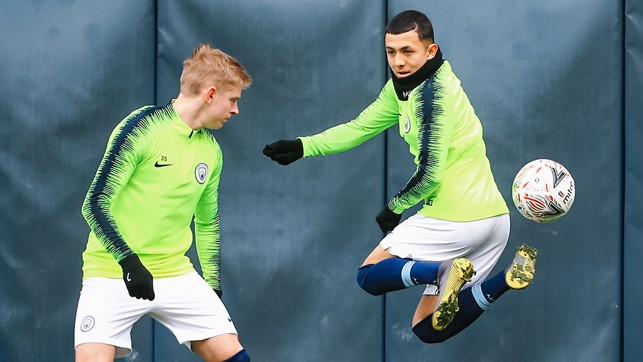 IT'S TRICKY : Ian Poveda shows Oleks Zinchenko a few tricks of the trade