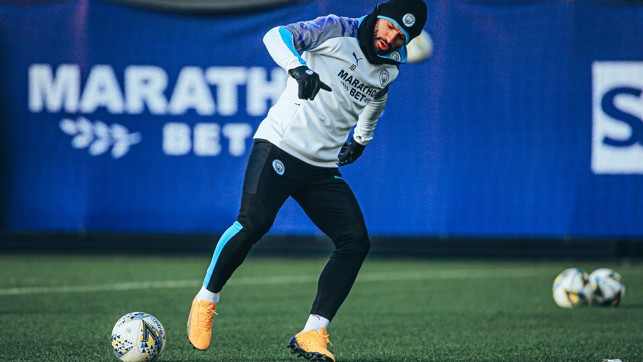 GLOVE STORY : Sergio Aguero was well kitted out to combat the winter chill