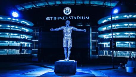 El City presenta las estatuas de Kompany y Silva al mundo