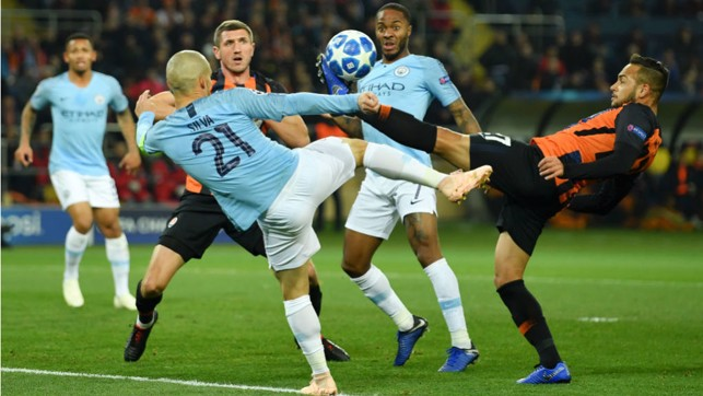 VOLLEY GOOD SHOW : David Silva causes panic in the Shakhtar ranks with this effort on goal