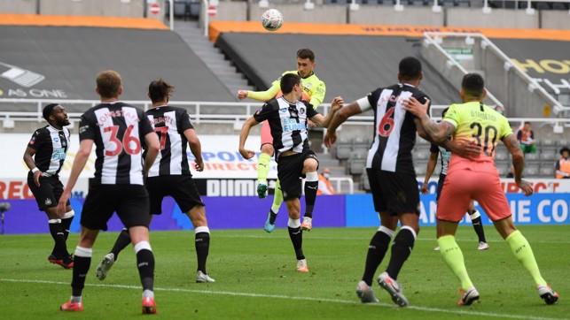 LONCAT TINGGI: Aymeric Laporte menanduk bola menuju gawang