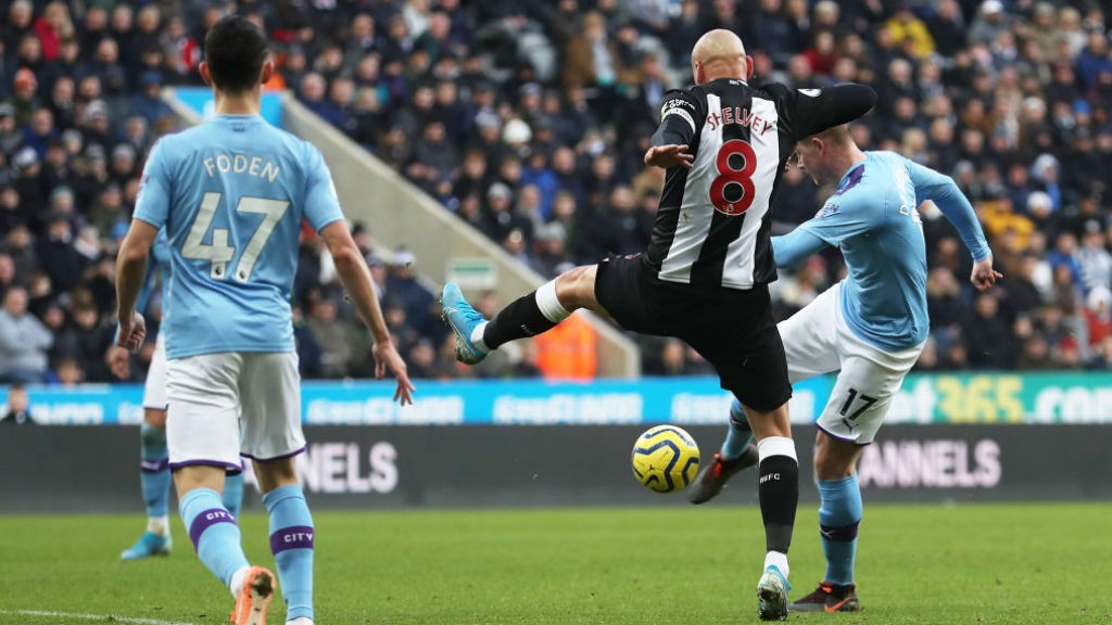 IN OFF THE BAR : De Bruyne produced a world-class strike to put City back ahead