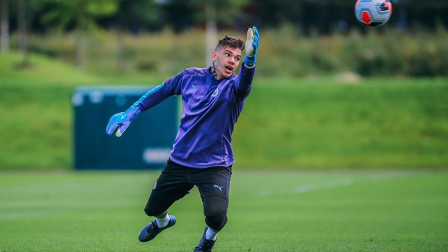 ELASTIC EDERSON : Our Brazilian goalkeeper at full stretch in training