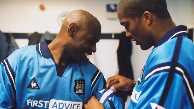 CAPITÃO: Sylvain Distin entrega a braçadeira para Shaun Goater, que fazia sua última partida pelo City