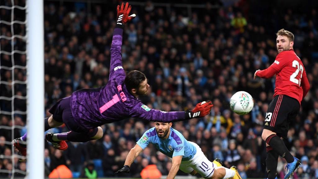 CLOSE : De Gea spectacularly palms away Aguero's accurate header_