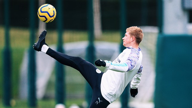 IMPROVISATION : High kicks from Kevin De Bruyne.