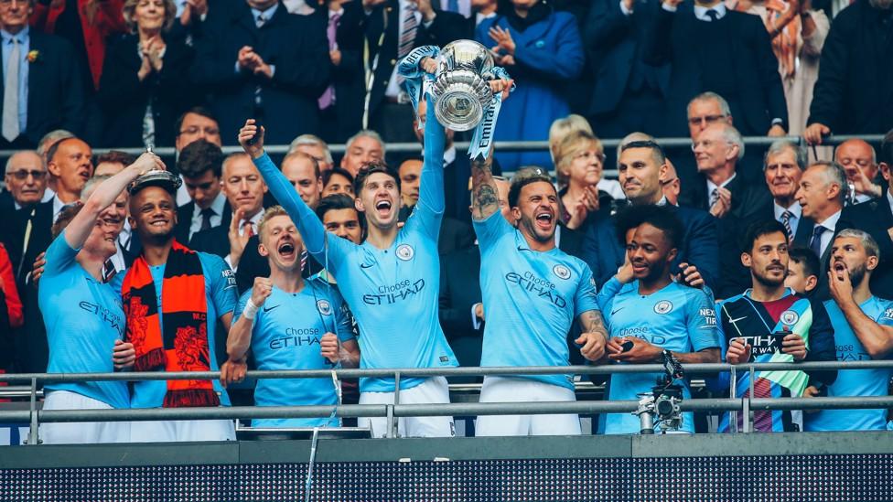 MELENGKAPI KOLEKSI: John mengangkat Piala FA setelah mengalahkan Watford pada Mei 2019.