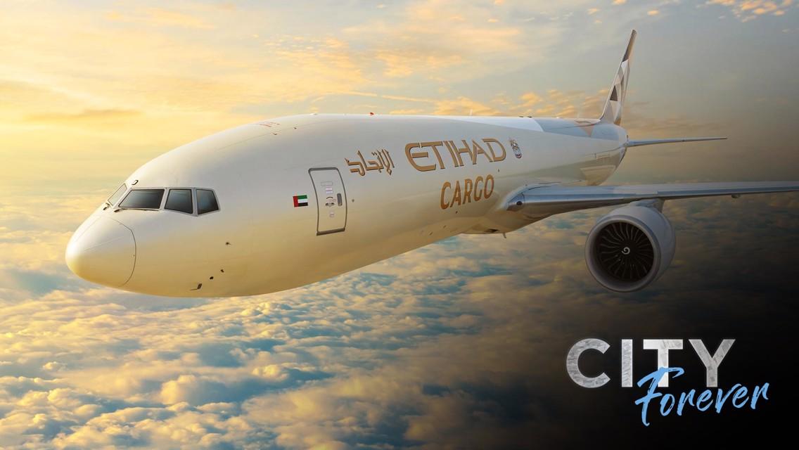 الاتحاد للطيران تنقل تمثاليَ كومباني وسيلفا إلى مانشستر