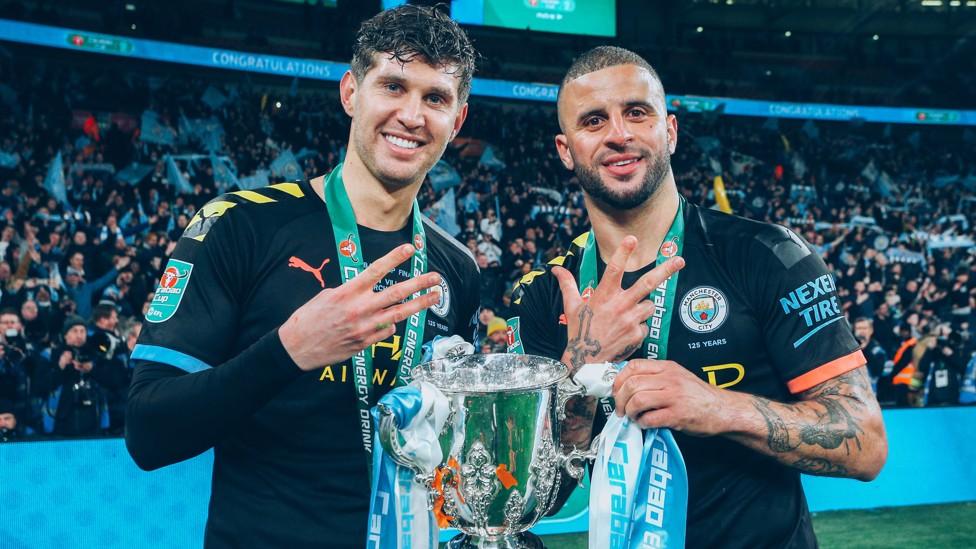 TIGA ADALAH ANGKA AJAIB: Pemain internasional Inggris merayakan kemenangan Piala Carabao ketiga berturut-turut dengan Kyle Walker pada Maret 2020.