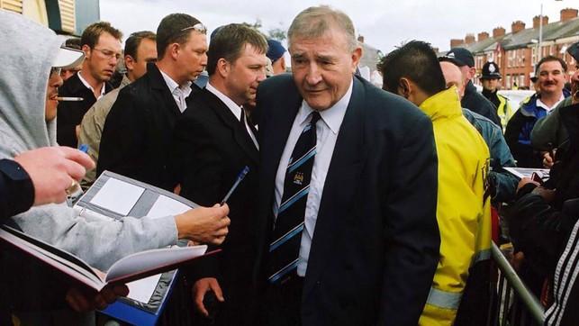 LENDA: O grande Malcolm Allison chega no estádio para ver o jogo