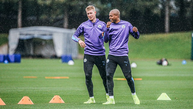 TWO'S COMPANY : Fernandinho and Kevin De Bruyne talk through Monday's session