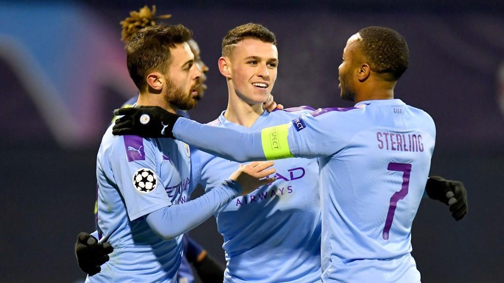 PELUKAN BERSAMA : Phil Foden rayakan gol keempat City.