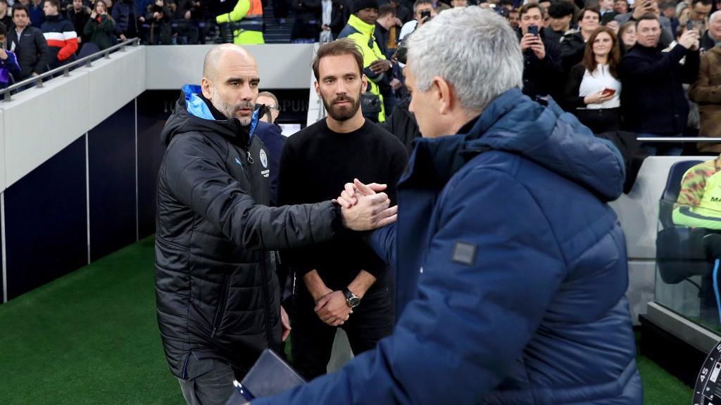 LOS TÉCNICOS. El saludo entre Pep Guardiola y José Mourinho.