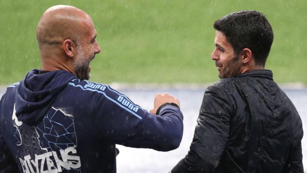 PEP Y MIKEL. : Guardiola y Arteta se saludan antes del inicio del partido.