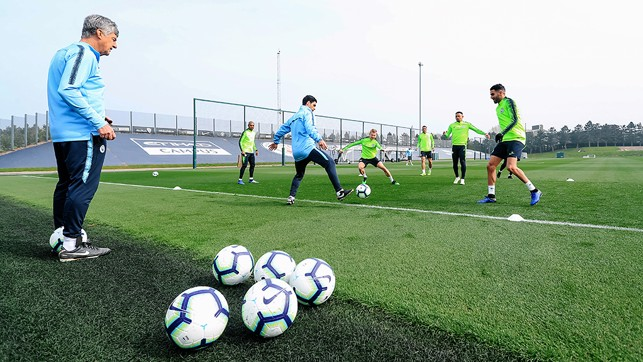 HANDS ON : Mikel Arteta gets involved in a rondo