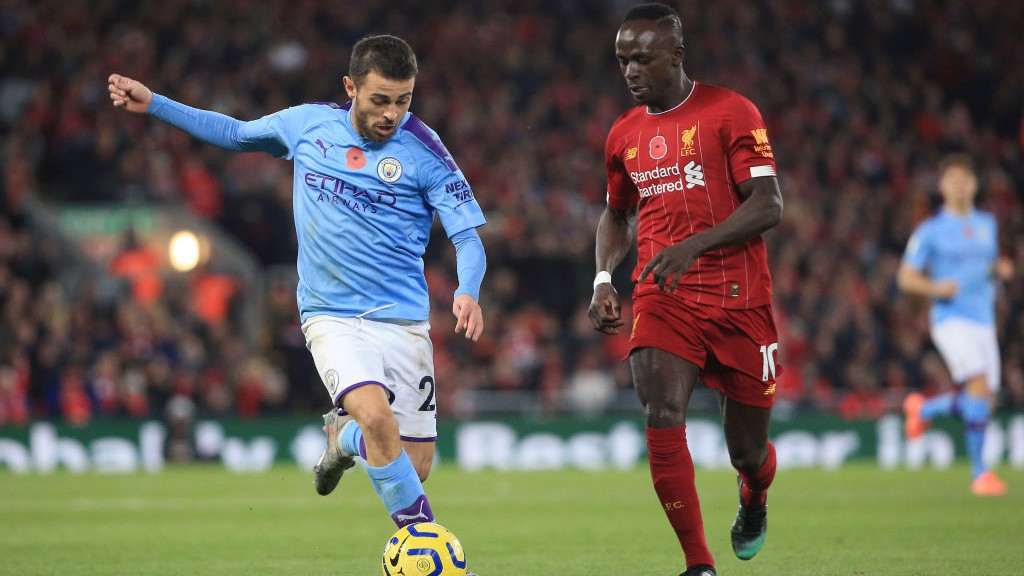 HEAD TO HEAD : Bernardo berusaha menerobos pertahanan The Reds Saat Liverpool unggul lebih dulu lewat Fabinho.